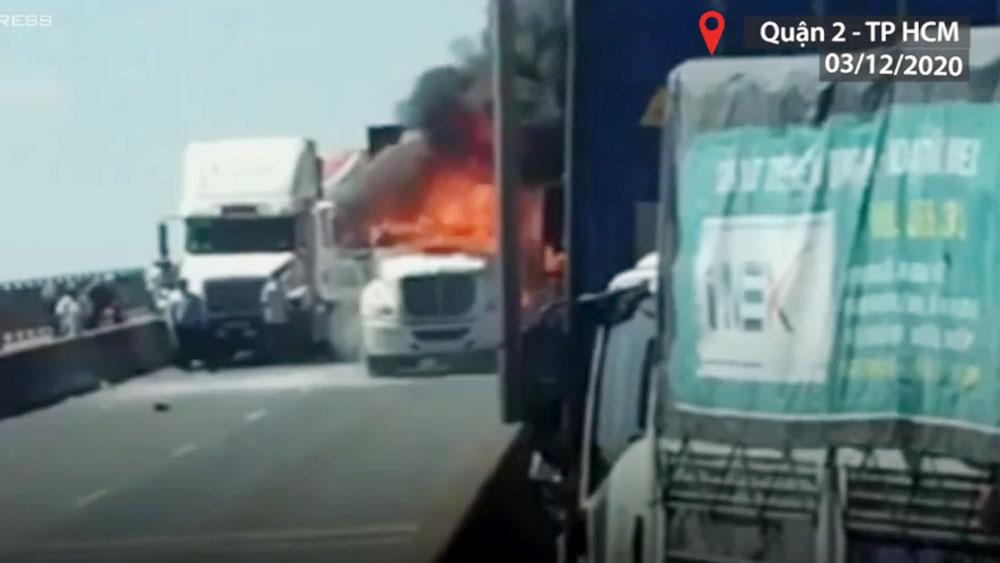Container bốc cháy khi đổ dốc cầu